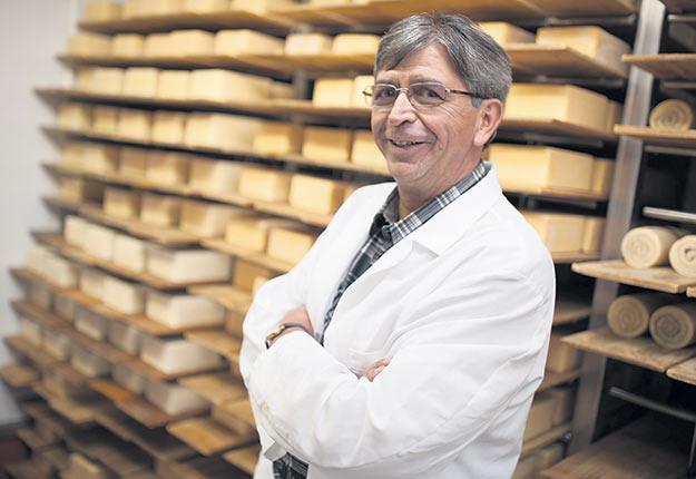 Alain Dubois remarque qu'il vend plus de fromages en épicerie depuis le début de la pandémie.