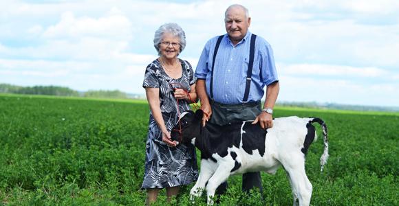 En plus d'élever leurs six enfants et de s'occuper de la ferme, Marie-Reine Bernard et Benoit Gingras se sont impliqués dans le milieu coopératif, communautaire et paroissial.
