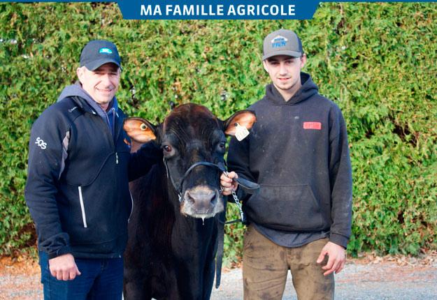 Hugo et Charles Lavoie-Beaudry sont accompagnés de Montbriant Champion Choupette, une Canadienne âgée de 16 ans qu'ils affectionnent particulièrement. Elle est l'une des rares vaches que possède Hugo Beaudry qui préfère élever des taures et s'en départir après le premier vêlage. Crédit photos : Frédéric Marcoux