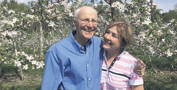Pierre et Lise Philion ont transmis à leur fils Hubert l'amour des pommiers.