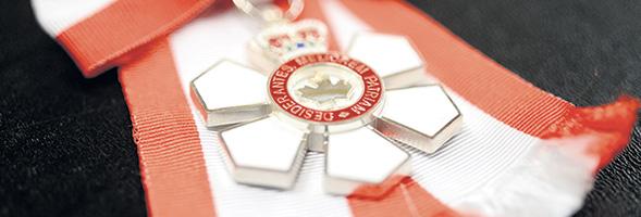 La médaille de l'Ordre du Canada symbolise un flocon de neige.