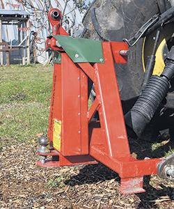 Grâce à une courroie à la base du tronc des noyers, le vibreur parvient à faire tomber les fruits en quelques secondes, ce qui facilite la tâche du producteur.