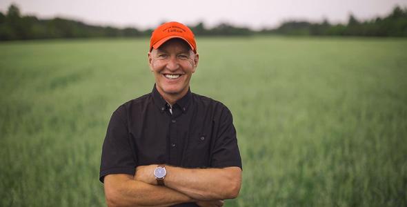 Denis, 60 ans, est le nouveau doyen de la téléréalité agricole.