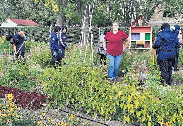 Les élèves de l'option EAU au jardin avec Sylvie Gemme, enseignante à l'École des métiers de l'horticulture de Montréal. Photo : Gracieuseté de l'école Louis-Joseph-Papineau