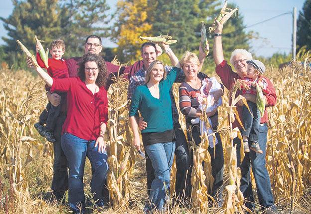 La famille Paquette-Bérard dans son champ qui deviendra propriété d'une fiducie d'utilité sociale agricole. Photo : Gracieuseté de 33 hectares
