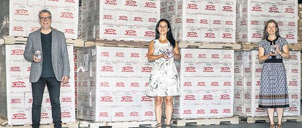 En pleine pandémie, les Producteurs et productrices acéricoles du Québec ont donné 10 560 conserves de sirop d'érable aux Banques alimentaires du Québec. Photo : Gracieuseté des PPAQ