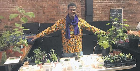 Hamidou Maïga vend majoritairement ses légumes et ses semences dans les marchés éphémères de Montréal. Photo : Gracieuseté d'Hamidou Horticulture