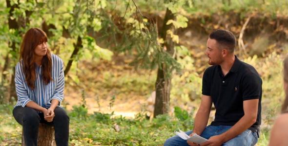 Martin discute du choix de ses prétendantes avec l'animatrice Katherine Levac.
