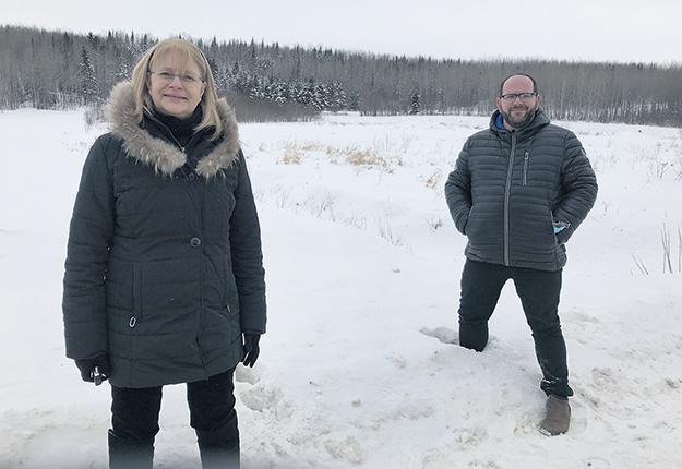 Claire Bolduc, préfète de la MRC de Témiscamingue, et Simon Gélinas, maire de Lorrainville, se réjouissent de voir prendre forme le projet de petits lots agricoles. Photo : Émélie Rivard-Boudreau