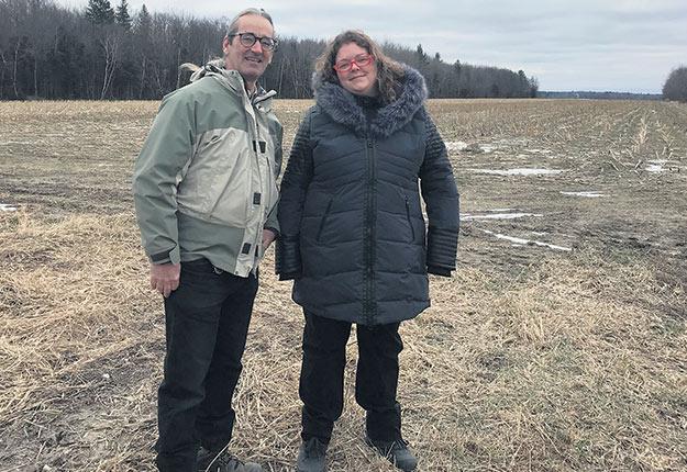 Il était à la retraite et elle louait sa maison. En 2015, Jean-Marie Rivest et Annie Renaud ont fait équipe pour créer ensemble une entreprise agricole. Photo : Geneviève Quessy