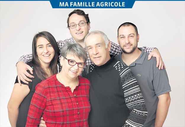 Laura, Nicolas et Étienne (en arrière), fière relève de Nicole Saint-Hilaire et Guy Genest (en avant). Photos : Gracieuseté de la Ferme Genest