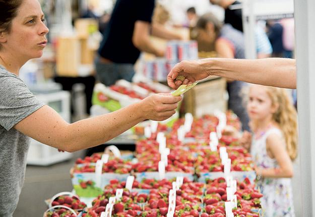 En 2020, un plateau de 12 chopines de fraises s'est vendu entre 35 $ et 40 $ presque toute la saison. Photo : Martin Ménard /Archives TCN