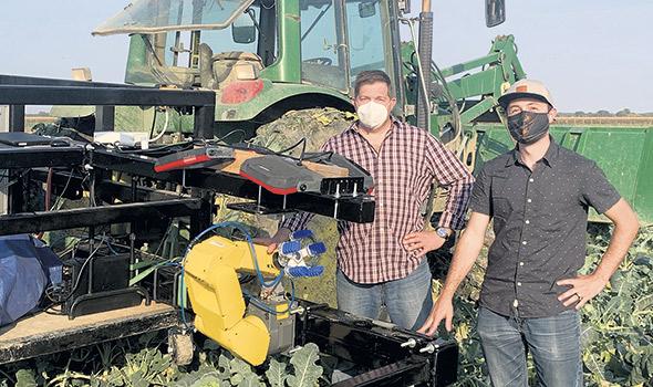 Éric Lapalme et Cédrick Boulais, ingénieur, avec le robot SAMI.