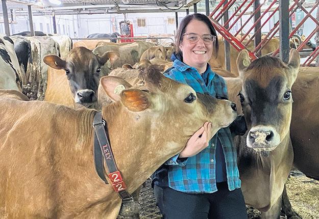 Même si Stéphanie Ross enseigne la production animale à distance, la portion pratique s'effectue directement à la ferme de ses élèves. Photo : Gracieuseté de Stéphanie Ross