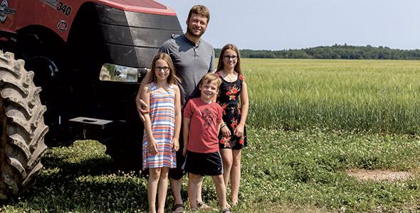 Diplômé du Collège d'Alma en Gestion  et technologies d'entreprise agricole,  Dave est devenu actionnaire de la ferme familiale en 2007.