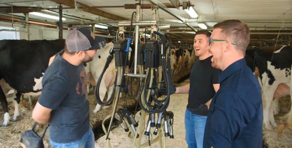 Le plaisir était au rendez-vous lorsque Alex a initié David et Pier-Luc à la traite des vaches.