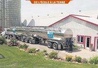 Le conducteur du camion-citerne est un classeur de lait certifié. Il s'assure de la salubrité du lait en effectuant des tests et des prélèvements. Photo : Éric Labonté, MAPAQ