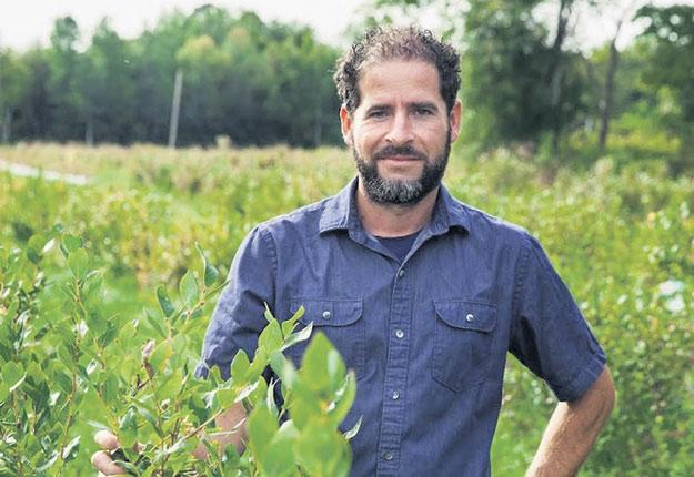 Benoit Coulombe, propriétaire de la Ferme Giroflée, en Montérégie, a formé un collectif de producteurs de bleuets biologiques. Photos : Gracieuseté de Benoit Coulombe