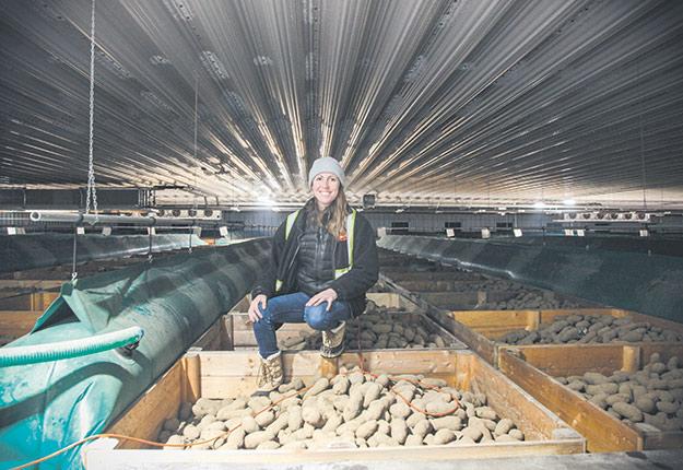 Juliette Lévesque, dans le nouvel entrepôt réfrigéré, en construction, qui permettra de conserver l'équivalent de 800camions de pommes de terre, 12mois par année. Photo : ENS Emilie Nault-Simard