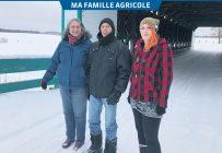 Diane Morency, Richard Landry et Marianne Morency-Landry sur le pont Landry, qui rappelle la deuxième vague de colonisation agricole au Témiscamingue, dans les années 1930. Photo : Photos : Émélie Rivard-Boudreau