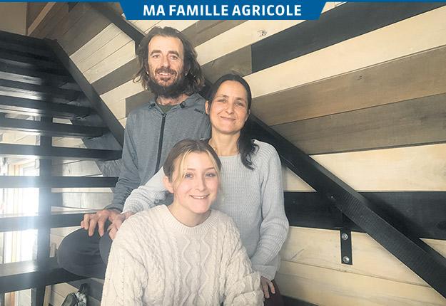 La famille de Jean-Pierre Duclos Jr. et Vicky Brunet s'est installée au Témiscamingue en 2004. Ils posent ici en compagnie de leur fille Angéline, 15 ans. Photos : Émélie Rivard-Boudreau