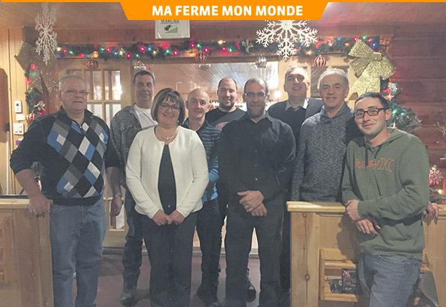 Claude Fecteau (troisième à partir de la droite) considérera la passation de son entreprise à des employés quand il prendra sa retraite. Photo : Gracieuseté de Claude Fecteau