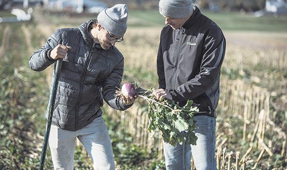Spécialiste des systèmes de semis direct sur couverture végétale permanente (SCV), l'agronome Louis Pérusse (à droite) juge incomplet un système de semis direct sans plantes de couverture ni rotation.