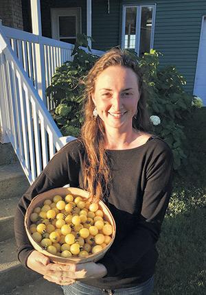 Sarah Desjardins a démarré son entreprise maraîchère La voie des jardins, à Sainte-Croix, avec son conjoint.