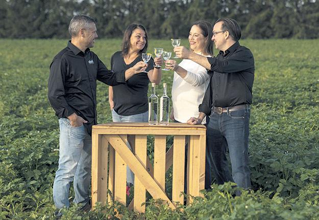 Josée Petitclerc et son conjoint Stéphane Dolbec, ainsi que Pascale Vaillancourt et son conjoint Hugo D'Astous, sont les associés initiateurs du projet et les propriétaires de Patates Dolbec, plus grand producteur de patates de l'est du Canada. Photo : Gracieuseté d'Ubald Distillerie