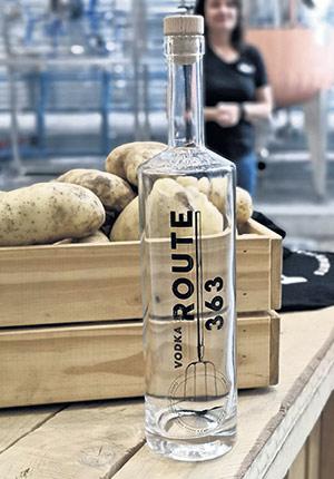 L'idée derrière cette vodka, c'est aussi de faire rayonner les petits villages reliés par la route363, qui parcourt entre autres la région de Portneuf, où la ferme Patates Dolbec est présente depuis plusieurs générations.