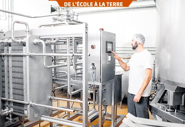 Avant de se retrouver sur la table du consommateur, le lait subit plusieurs transformations en usine, dont la standardisation et la pasteurisation.