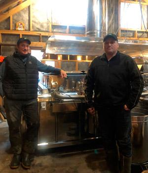 Olivier et Vincent et Perron croient que 2021 ne sera pas une grande saison des sucres en Montérégie; les rendements sont minces, la qualité est ordinaire et les jours sont comptés avant que le goût de bourgeon apparaisse. Crédit : Gracieuseté de Vincent Perron