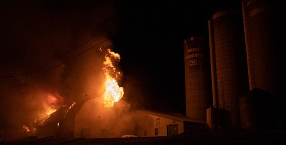 Le bâtiment a été complètement détruit et environ 80 bêtes ont péri.