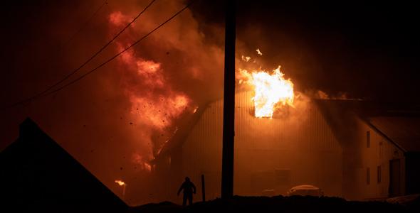 Les pompiers ont mis plusieurs heures à maîtriser le brasier.