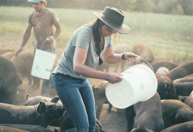 Dans le cadre du tournage de la série Terre nourricière, Mélanie L. Dion a visité la Ferme des Arpents roses, à Sainte-Mélanie. Photo : Gracieuseté de Zacharie Fay