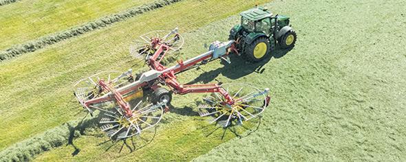 Le réglage hydraulique de la largeur de travail sur les andaineurs quatre rotors facilite la vie des producteurs.