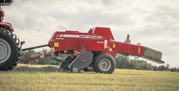 Selon Jonathan Noiseux, les presses de la série1800 proposent un système unique sur le marché. Alignée avec le tracteur,  elle roule au-dessus de l'andain alimentant par en dessous de la chambre à balles. Photo : Gracieuseté AGCO