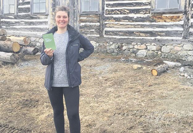 Estelle Richard, autrice du livre Pour en finir avec le gaspillage alimentaire, réside dans une ferme avec son conjoint agriculteur. Photo : Gracieuseté d'Estelle Richard