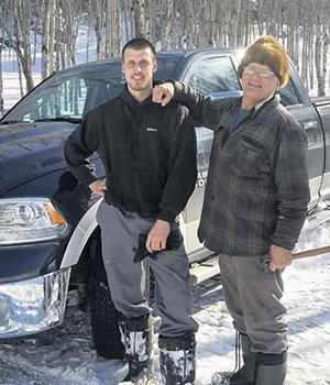 Anthony est toujours disponible pour aider son grand-père Réal, âgé de 82 ans, àl'érablière… un service que celui-ci lui rend en retourà la ferme.