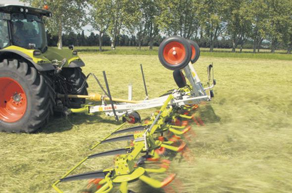 La faneuse VOLTO s'adapte bien au sol grâce à la roue de jauge en option. La VOLTO est conçue pour réduire le temps de séchage.