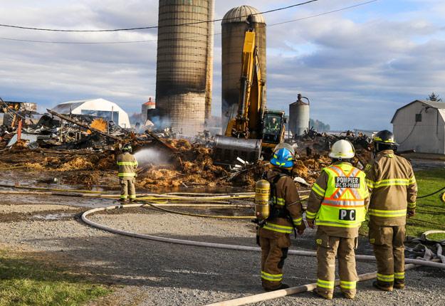 En déplaçant du matériel en tracteur, un fil électrique en hauteur qui reliait la laiterie au hangar a été accroché. Crédit photo : JS Hubert Photographe