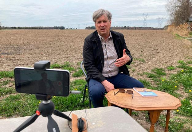 En entrevue avec La Terre, Louis Robert dénonce plusieurs problèmes qu'il constate dans l'agriculture québécoise, lesquels sont détaillés dans son récent livre Pour le bien de la terre. Crédit : Martin Ménard/TCN