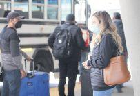 Audrey Primeau attendait ses travailleurs à l'extérieur de l'aéroport le 7avril. Les entrées permises sont limitées en contexte de COVID-19. Photo : Caroline Morneau/TCN