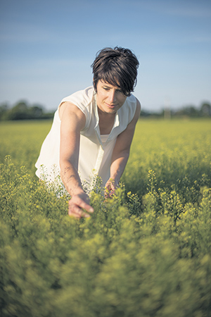 Annie Poudrette utilise de l'huile de caméline cultivée au Québec dans la fabrication de ses produits cosmétiques. Photo : Gracieuseté d'Annie Poudrette