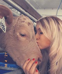 Alyson a hérité de l'amour des animaux de sa mère. Elle pose fièrement en compagnie de « son » veau blond.