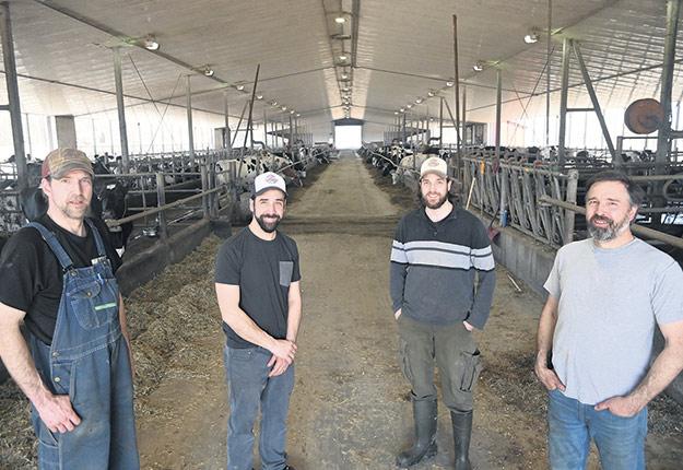 Quatre des cinq propriétaires de la Ferme Y. Lampron et Fils, assez fiers que leur lait bio se classe numéro 1 au Québec: Jean-Yves, Alexandre, Gabriel et Daniel Lampron. Pierre n'apparaît pas sur la photo. Photos : Ferme Y. Lampron et Fils