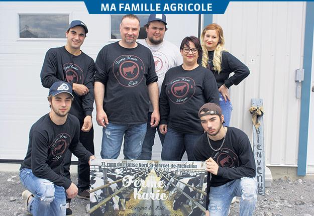 Éric Chicoine et Karine Messier-Lambert sont entourés de leurs enfants Myke, Billy, Tristan, Alyson et Tommy Chicoine. Photos : Frédéric Marcoux