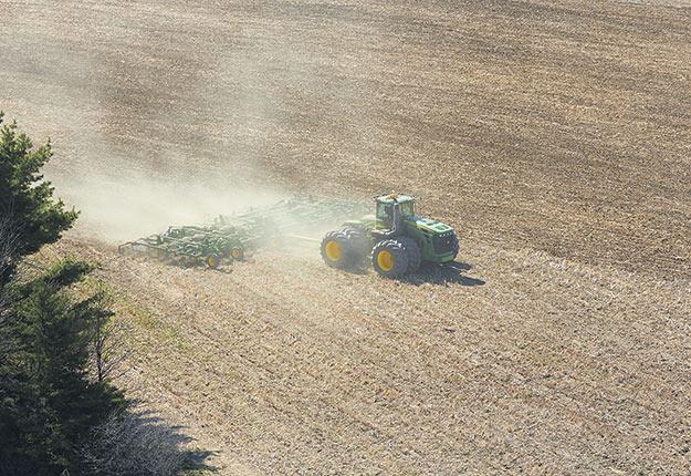 Le temps frais et pluvieux prévu pour le début mai pourrait retarder les travaux aux champs. Photo : Martin Ménard /ArchivesTCN