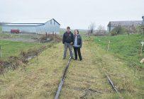 Pascal Laverdière et Chloé Gouin s'inquiètent que la piste cyclable passe au milieu de leurs bâtiments agricoles. Photos : Gracieuseté de Chloé Gouin