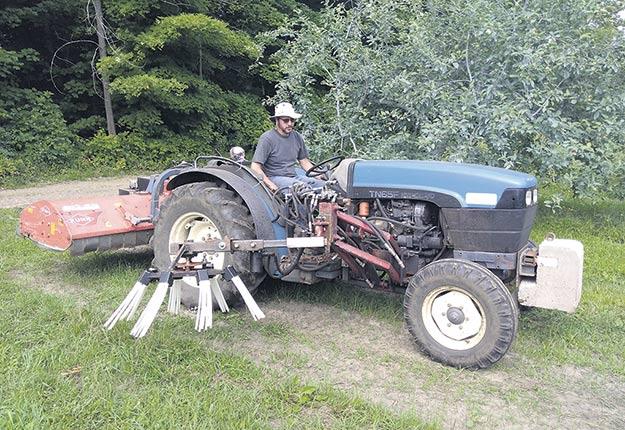 Parmi les principales modifications apportées au broyeur Eliminae, mentionnons le déplacement de l'andaineur sur le côté du tracteur. Photo : Gracieuseté du CRAM